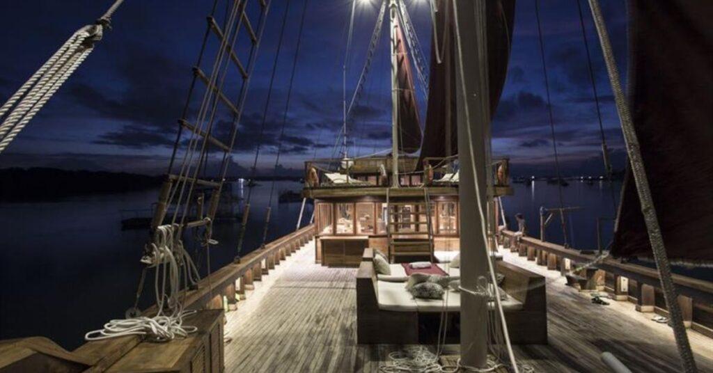 Tiare Cruise. Indonesia